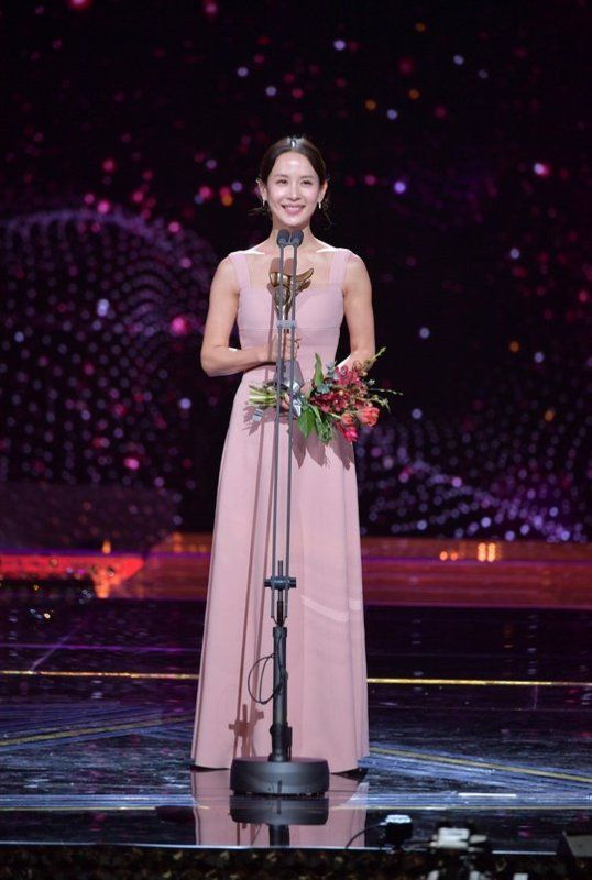 Cho Yeo-jeong giving her acceptance speech at the KBS Drama Awards
