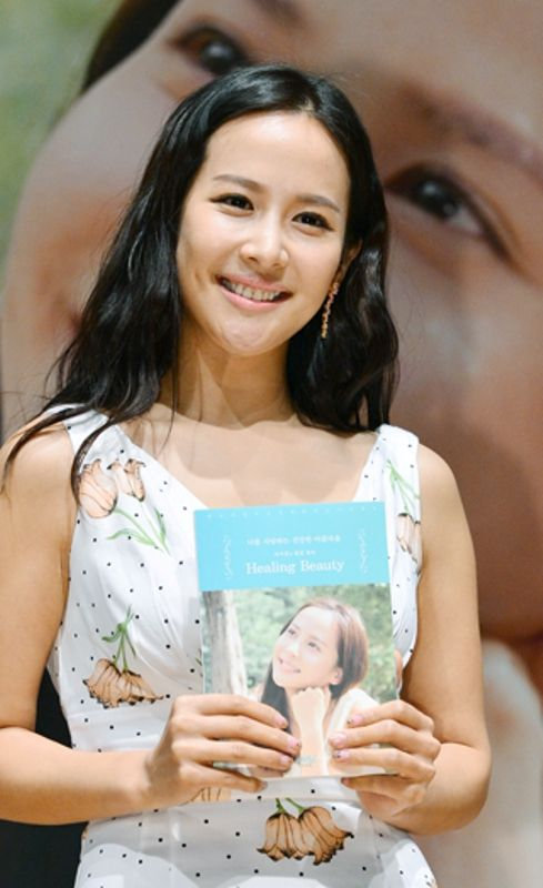 Cho Yeo-jeong at the press conference about her book Healing Beauty
